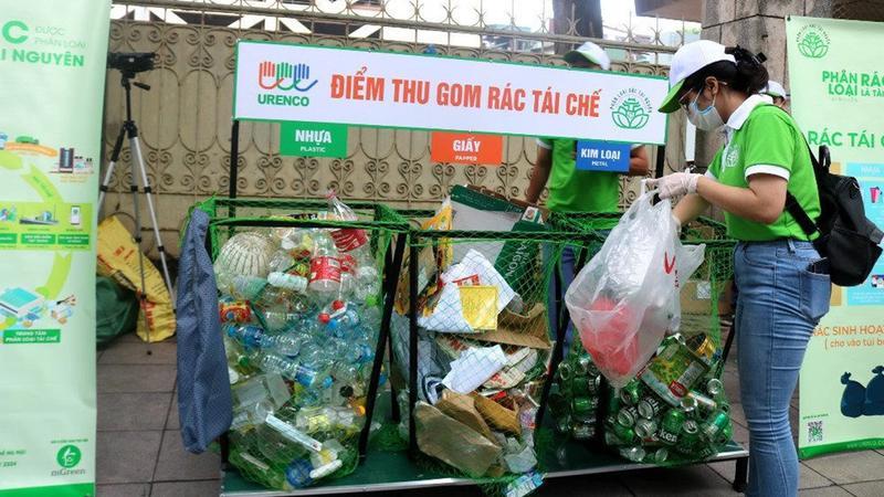 Unilever thực hiện phân loại và thu gom rác thải