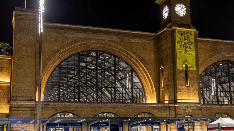Lipton illuminated the clock tower at King's Cross Station in London, UK with the message: 'Make tea time peace time'.