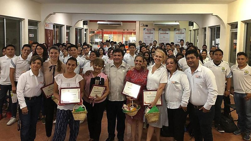 A large group of teachers in a nutrition workshop in Mexico