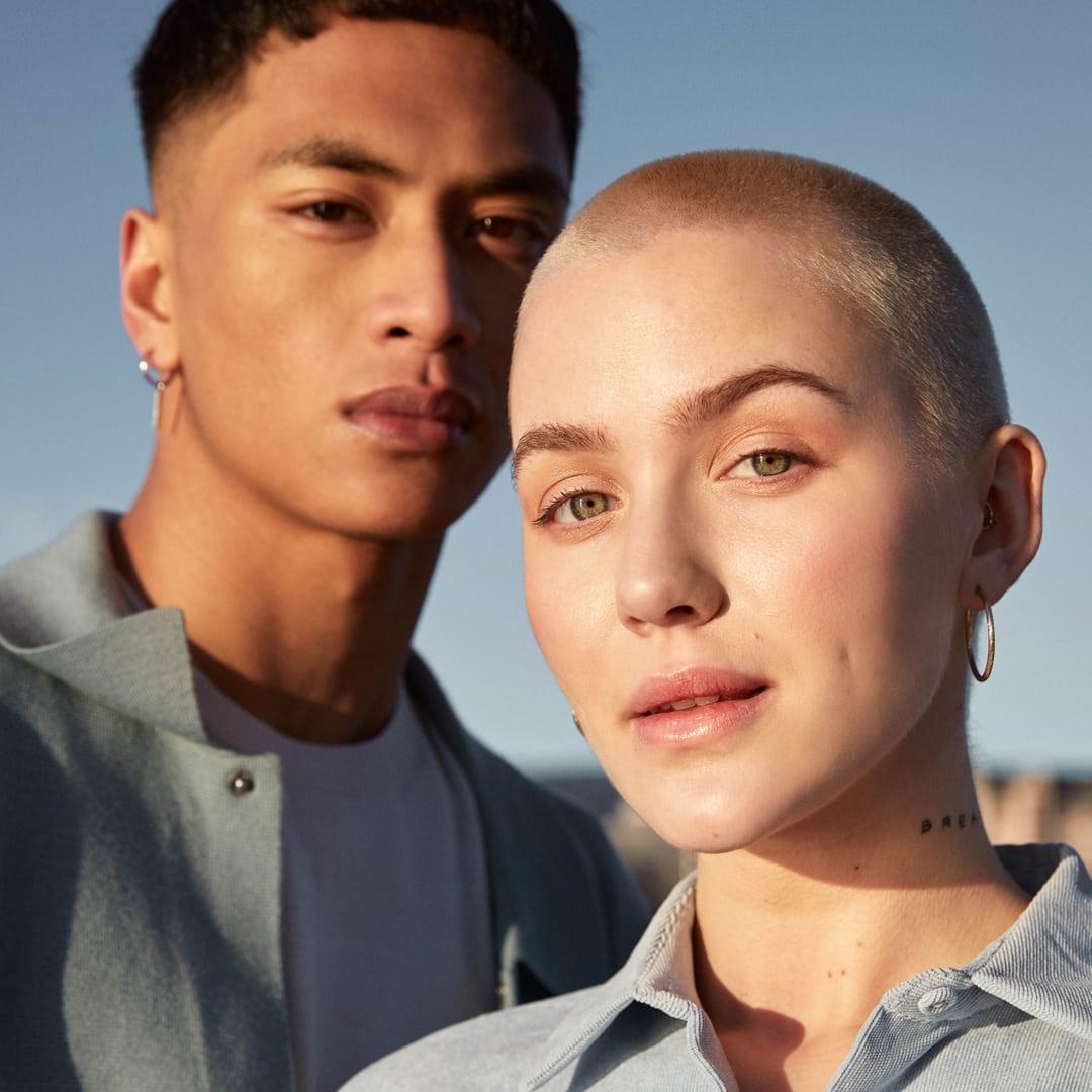 Bilde av jente og gutt som ser inn i kameraet