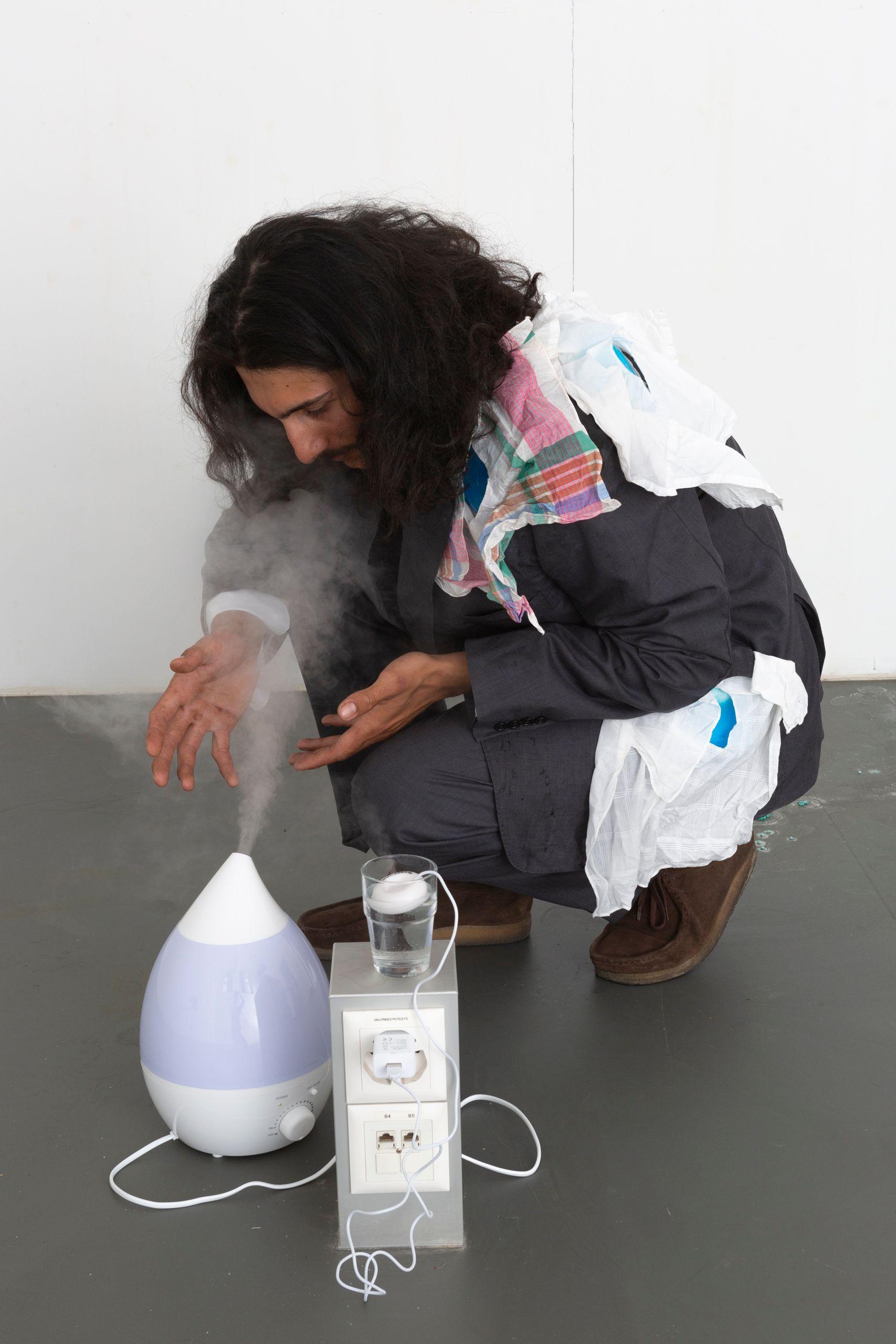 Projet de diplôme master arts visuels option work master monika kazi, installation-performance autour du soin de soi, des autres et des éléments de l'intérieur. Ici l'espace de la buanderie mets en scène un duo, qui prend soin l'un de l'autre, dans un circuit de nettoyage.
