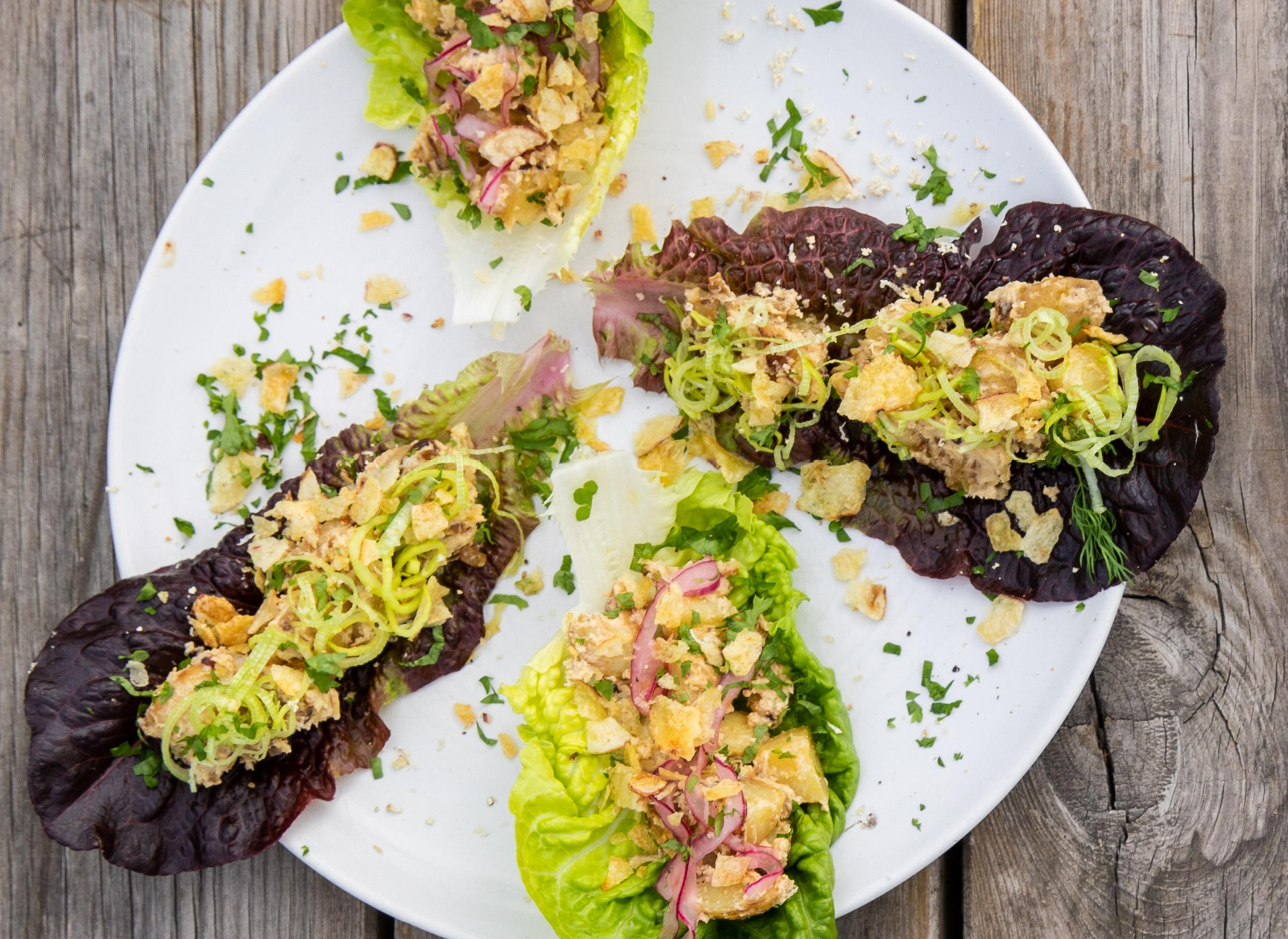 Salatwrap med nypotetsalat og pepperrot