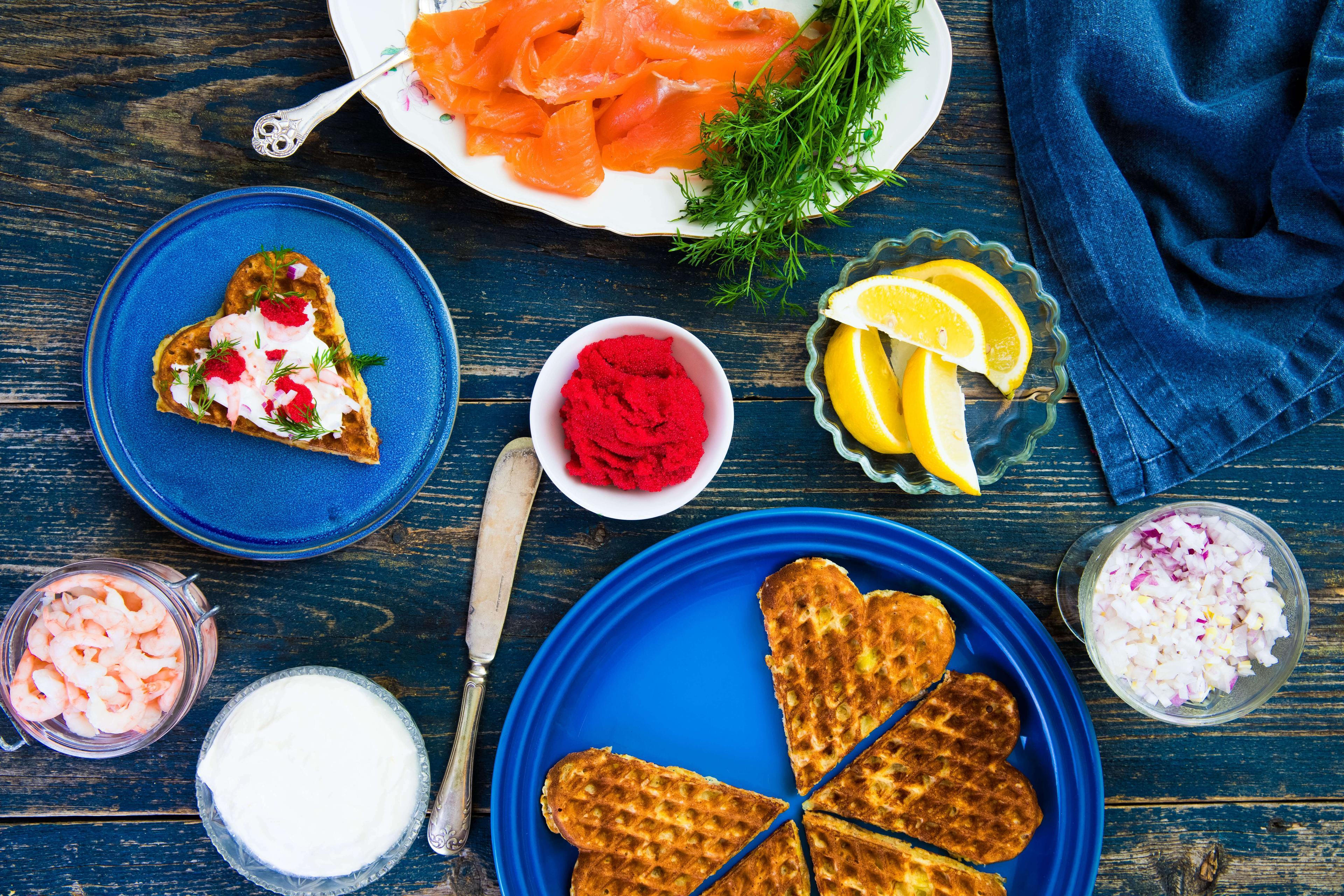 Potetvafler med sjømat, rømme, dill og rødløk