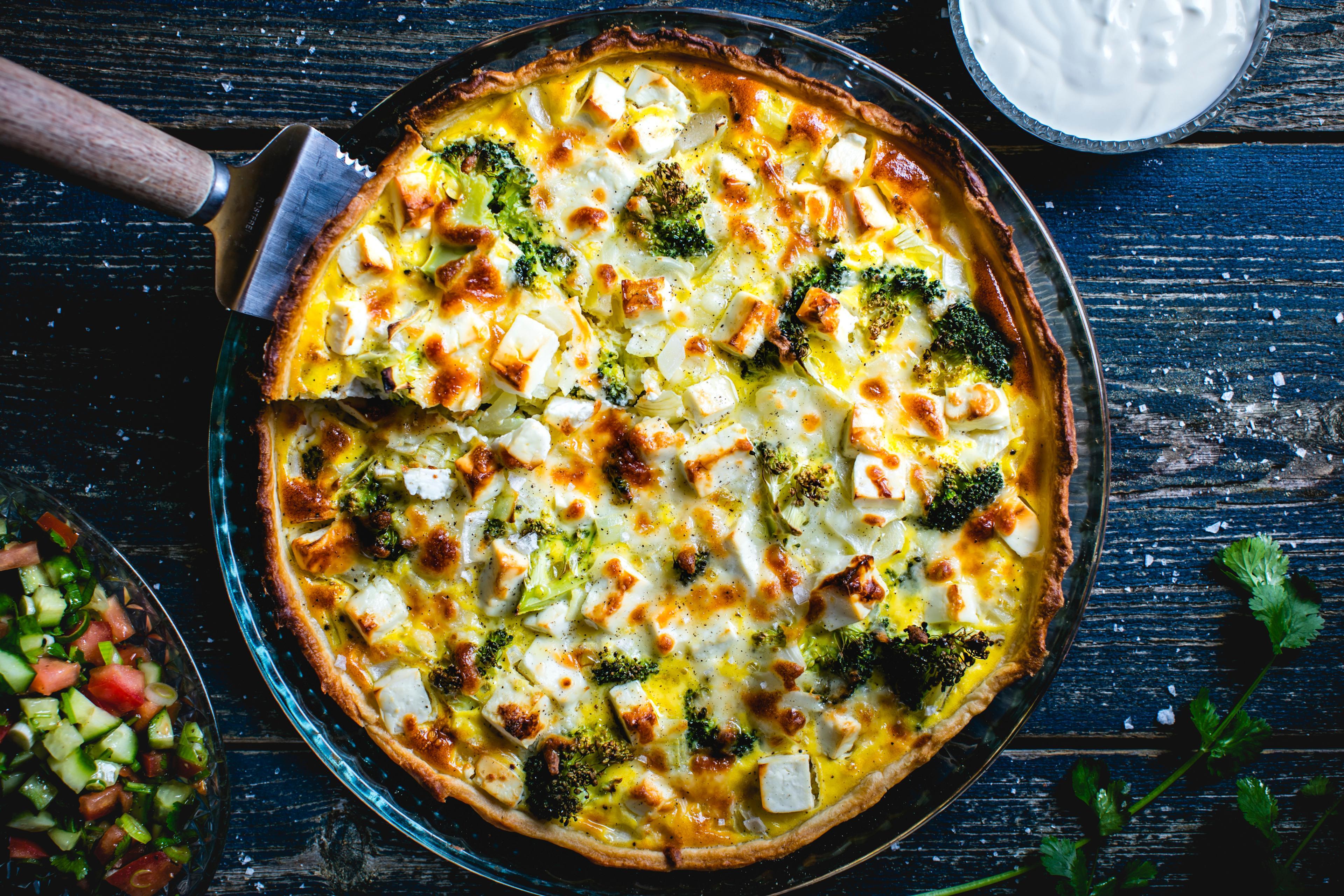 Vegetarpai med brokkoli og fetaost, tomat- og koriandersalat og rømmekolle