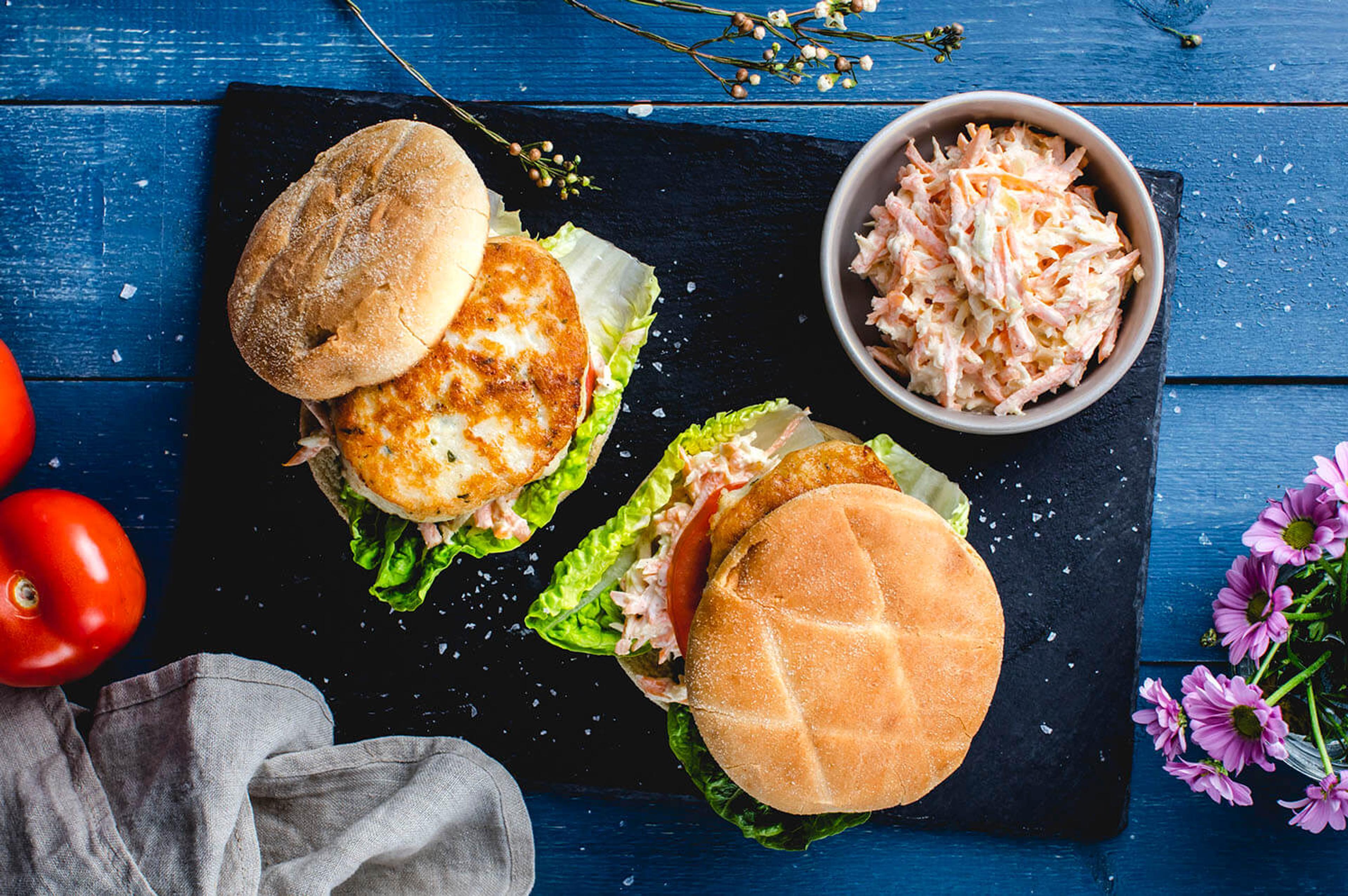 Fiskeburger med coleslaw, salat og tomat
