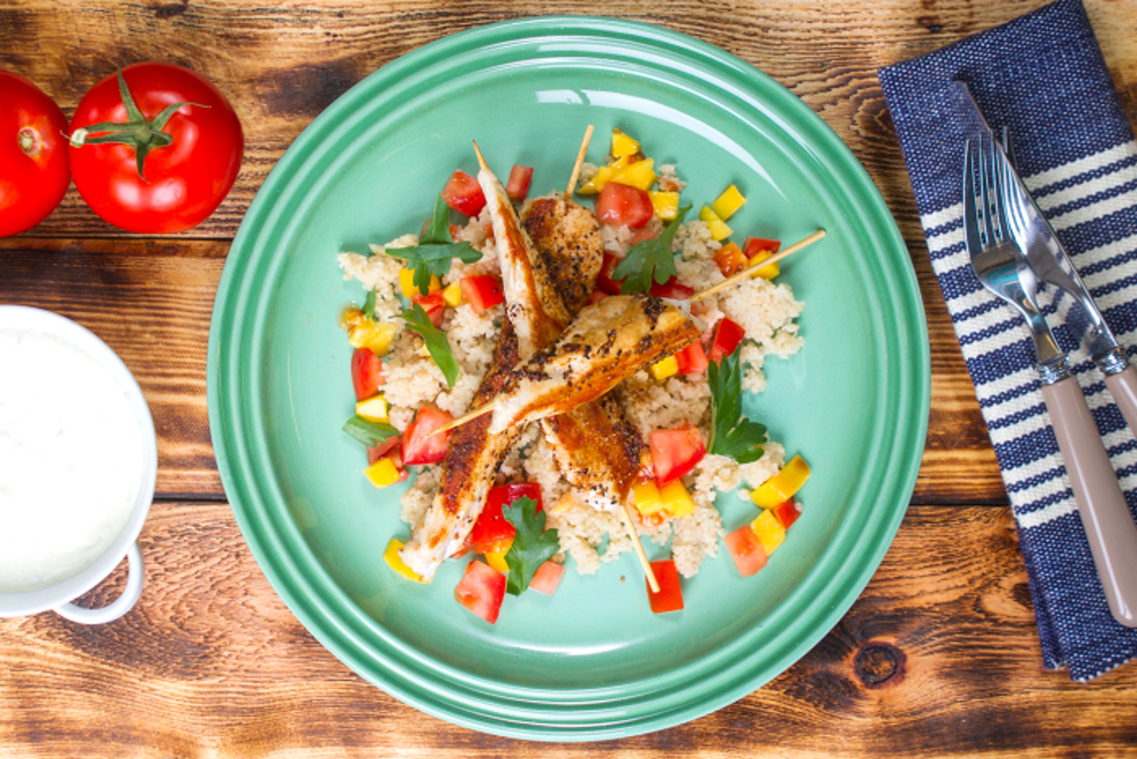 Grillspyd med svinekoteletter, mango og couscous