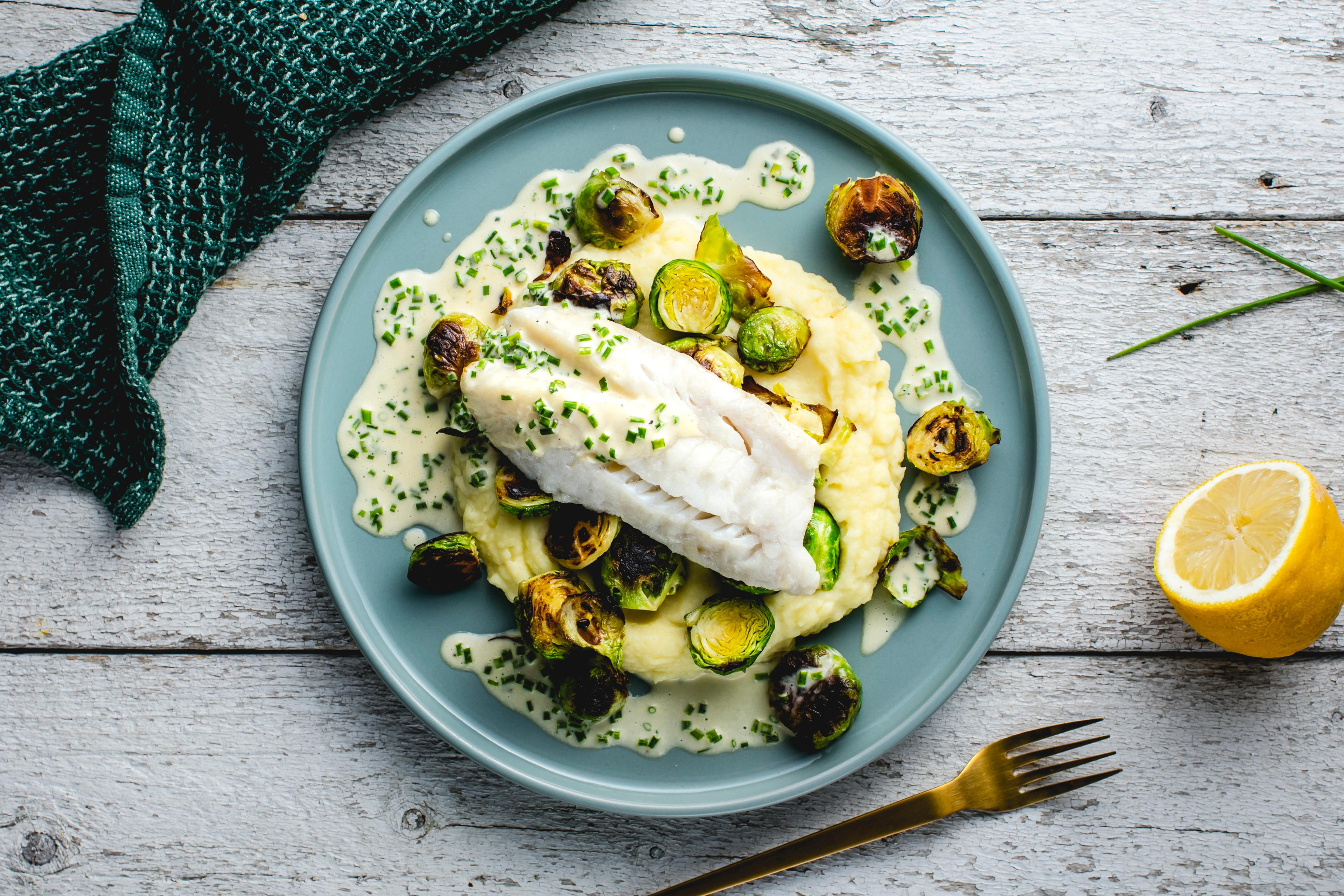 Sitronbakt torsk med smørsaus, potetmos og rosenkål