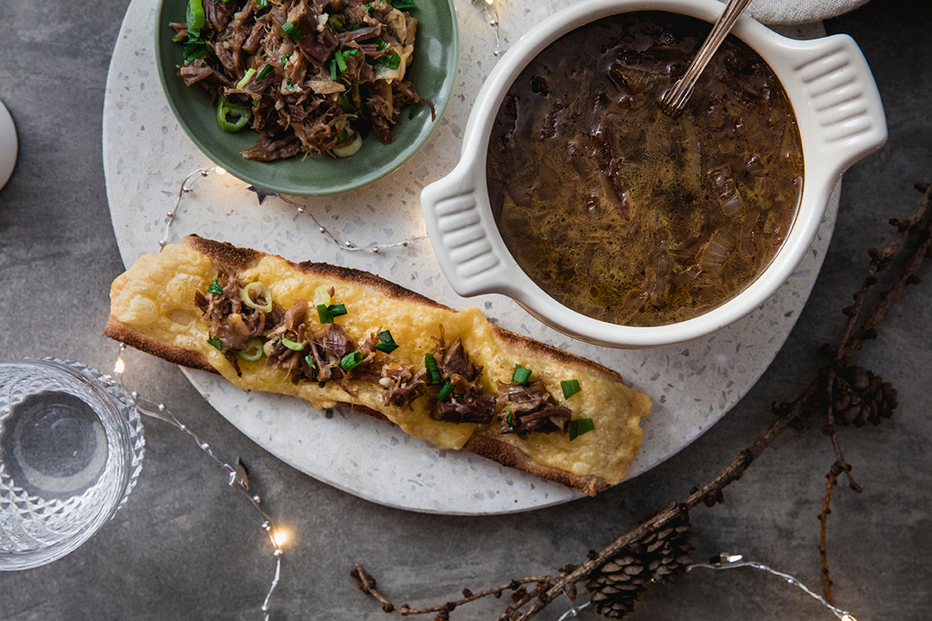 Pinnekjøtt og løksuppe servert med ostegratinert toast