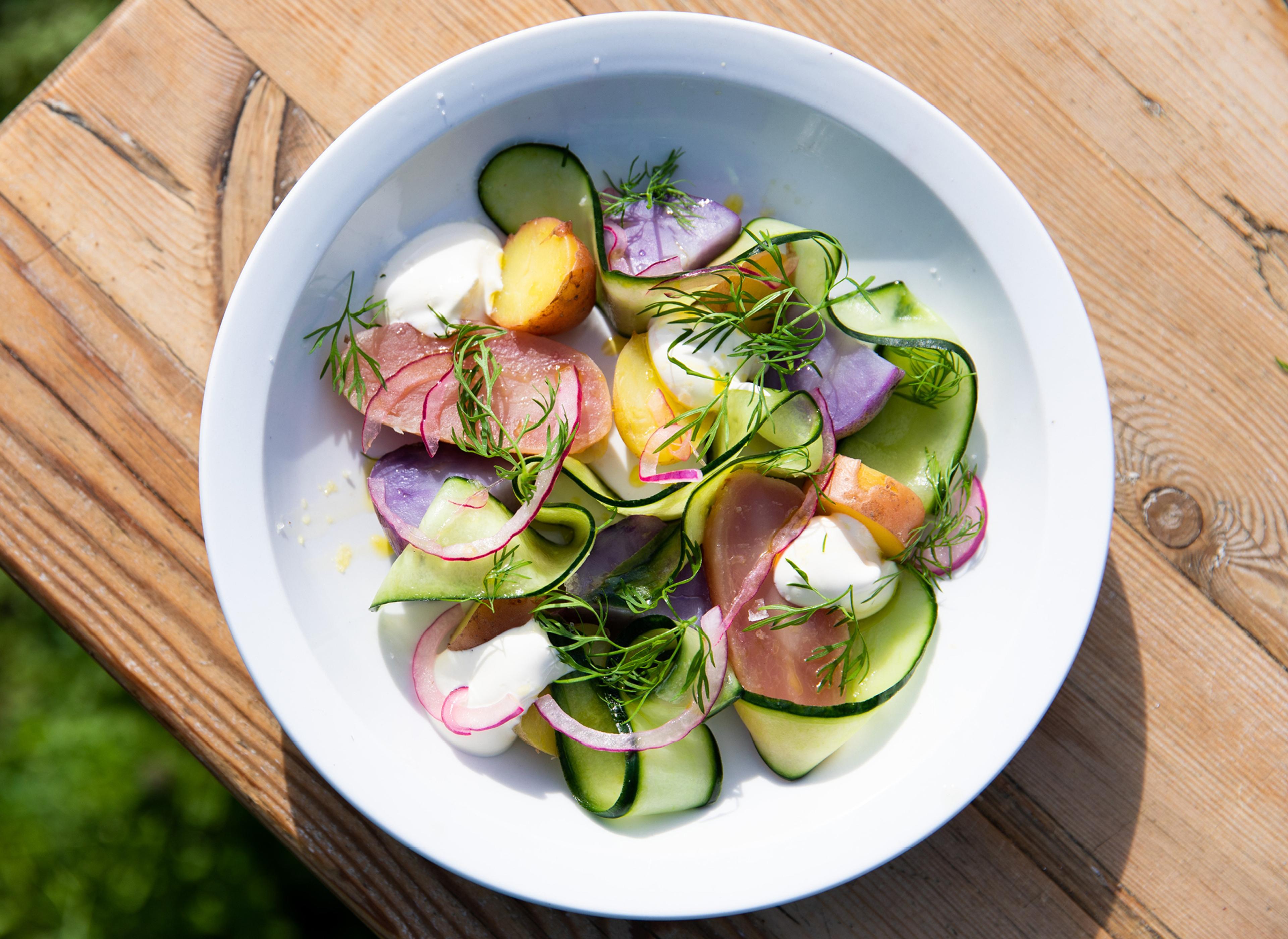 Poteter med agurk, syltet rødløk og rømme