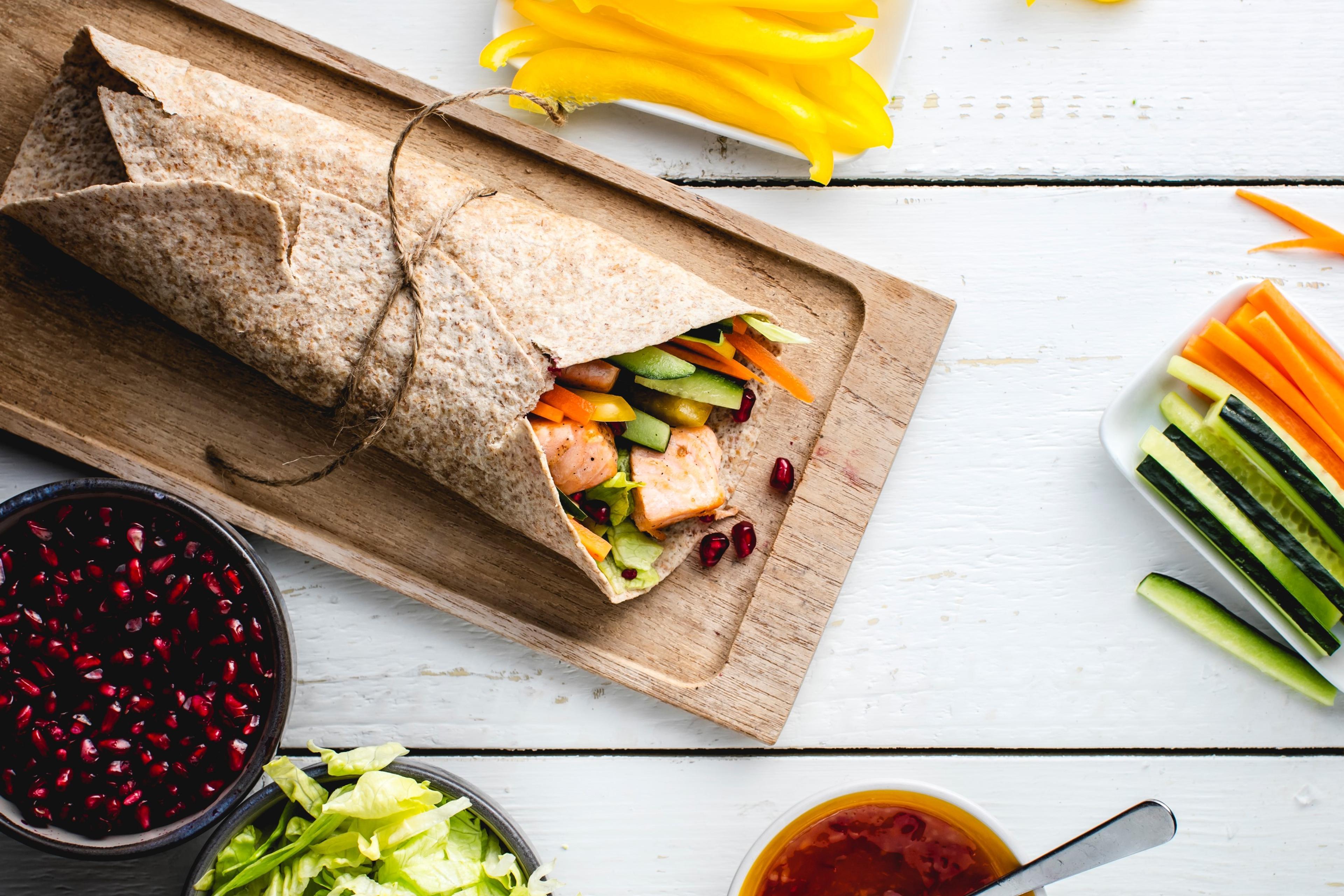 Laksewrap med grønnsaker og granateple