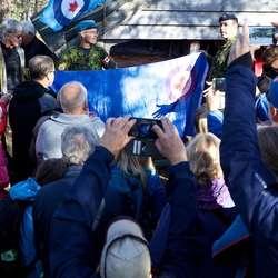 Os Sogelag fekk flagg i gåve frå 407-skvadronen.  (Foto: Nils Petter Eidem)