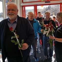 Dei første gjestane og kundane fekk roser. (Foto: KVB)