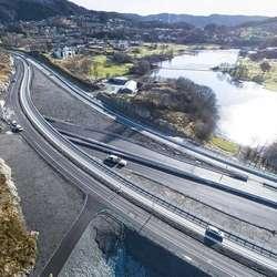 Skeievatnet ved Flyplassvegen. (Foto: Statens vegvesen/Hawkeye, 26. februar 2020)
