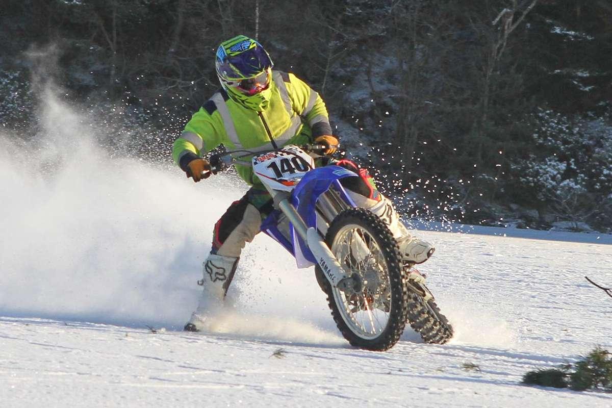 Medlemmane i motocrossklubben fekk bryna seg på isen i 2013. No hvil dei på med piggdekka igjen. (Foto: Kjetil Vasby Bruarøy)