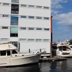 Frå basen i Blaauwgården selte han 84 store bruktbåtar i 2015.