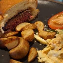 Heimekverna kjøt og heimelaga coleslaw. (Foto: KVB)