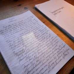 Lars skriv alle bøkene sine for hand.