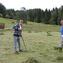 Sander Aasen og Stein S. Skåtøy gjer klart inngangsområdet. (Foto: KVB)