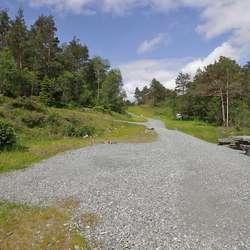 Når du kjem frå Nordmarka retning Tøsdal, til Slengebekken, går vegen til brua inn til venstre. (Foto: KVB)