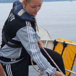 Fagarbeider Amalie får også prøve seg på skjøtet (privat foto)