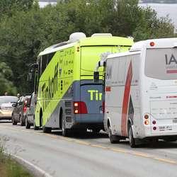 Kvifor Tinkoff og IAM-bussane skulle opp Hatvikvegen veit vi ikkje, men ned att måtte dei stå i ferjekø (foto: AH)
