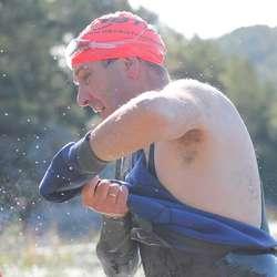 Raskt av med svømmedrakta, før sykkelen ventar (foto: Andris Hamre)