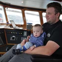 Ein annan Samba-skipper, Andreas Amundsen og sonen Elias (1,5). (Foto: KVB)