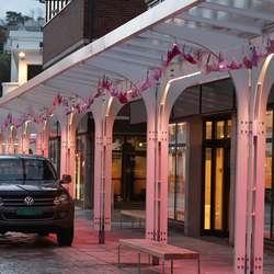 Rosa veke og rosa tysdag i Os sentrum. (Foto: KVB)