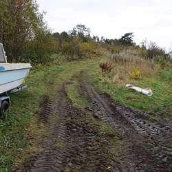 Her kjem traktorvegen ut i Solbakken. (Foto: KVB)