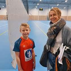 Nøgd med besøket; Mathias saman med mamma, Kristin Johnsen Aadland. (Foto: KOG)