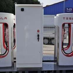 Os har fått ein nyare type Tesla Supercharger. (Foto: KVB)
