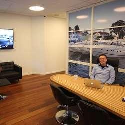 Kontoret i Bergen er passeleg maritimt innreia.