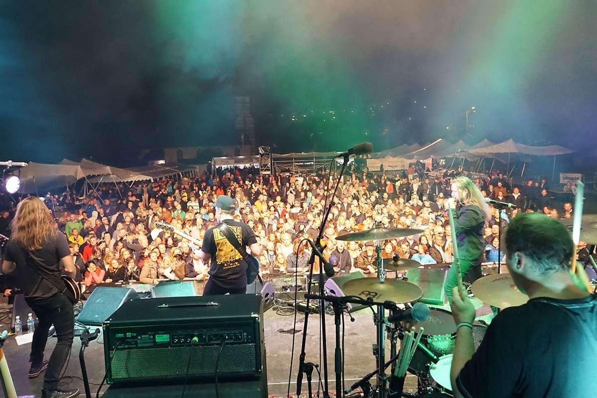 Sånn såg det ut då Eirik Søfteland sto på scenen under Osfest i fjor. (Foto: Kjetil Vasby Bruarøy)