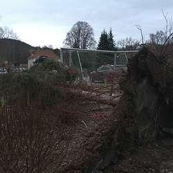 Dette treet blei liggande på grusbanen så brannvesenet fekk øva. (Foto: KVB)
