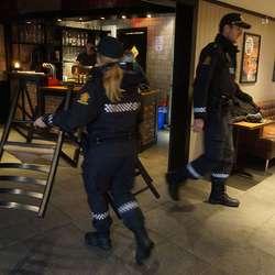 Politiet hjelper til. (Foto: KVB)