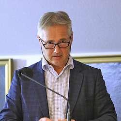 Espen Aspenes takka Hesjedal (Ap) for innlegget om barnefattigdom, men stussa over Ap på bølgjebrytarar og Liv på Øyro. (Foto: KOG)