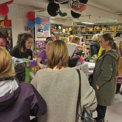 Hos leikebutikken i 2. etasje var det halv pris og lang kø. (Foto: Kjetil Vasby Bruarøy)