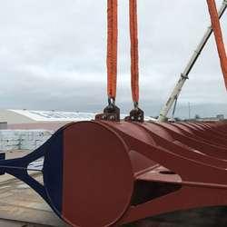 Bølgebrytaren skal no til Fusa for å få signallys før forankring utanfor Os hamn. (Foto: Universal Logistics Bergen AS)