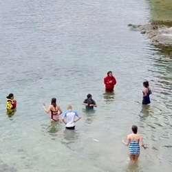 Fleire tok seg eit «arktisk» bad. (Foto: Bjørnafjorden Opplevelser)