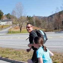 Far og datter Sælen tok marsjen som ei treningsøkt (foto: AH)
