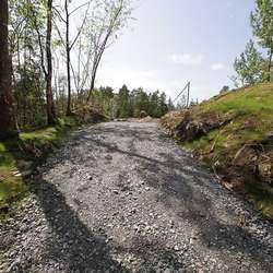 Vegen opp til brua er kort. (Foto: KVB)