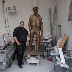 Med sokkel blir skulpturen 2,60 m høg. (Foto: Kjetil Vasby Bruarøy)