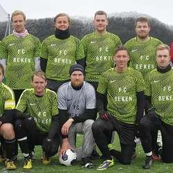 Veteranane FC Beken stilte med nye drakter i år. (Foto: KVB)