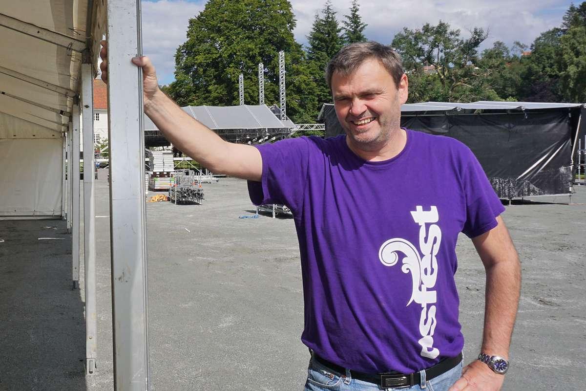 Tor Egil Hylland, her under rigging til Osfest i august i fjor, er no ute i felten for å bygga databasen over frivillige på nytt. (Foto: KVB)