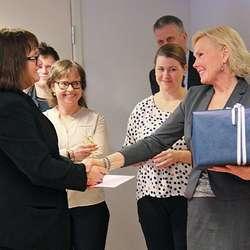 Klinikkdirektør Ingrid Johanne Garnes hadde med gåve til Gry og dei andre på Os Nærjordmorsenter. (Foto: KML)
