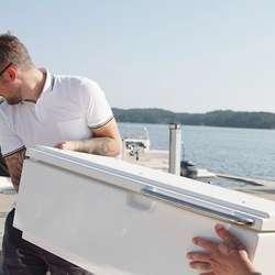 På land med utendørsmøblene. (Foto: Askeladden Boats)