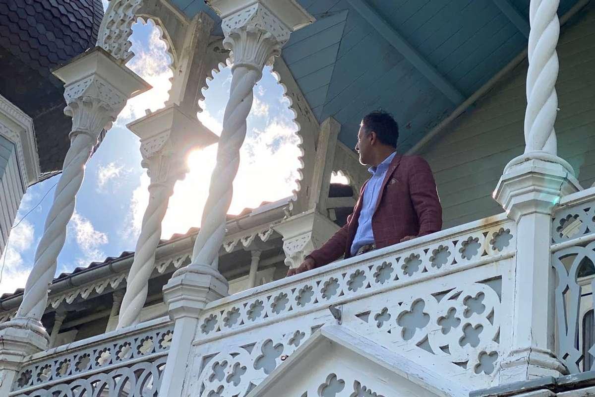 Villaen, og tilstanden på denne, gjorde inntrykk på Raja. (Foto: Ørjan Håland)