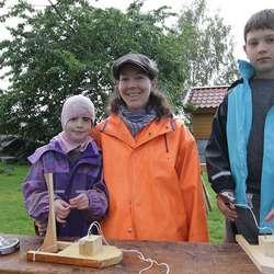 Berit tok med borna Einar (8) og Solveig (5) på jobb i dag. (Foto: KVB)