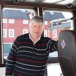 Reiar Jonny Garvik har fått ein G bakpå styrehus-stolane. (Foto: Kjetil Vasby Bruarøy)