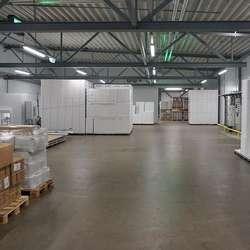 I andre etasje er det òg lager til isoporkassar. Inn til ventre er 300 ledige kvm til ny produksjonssal.